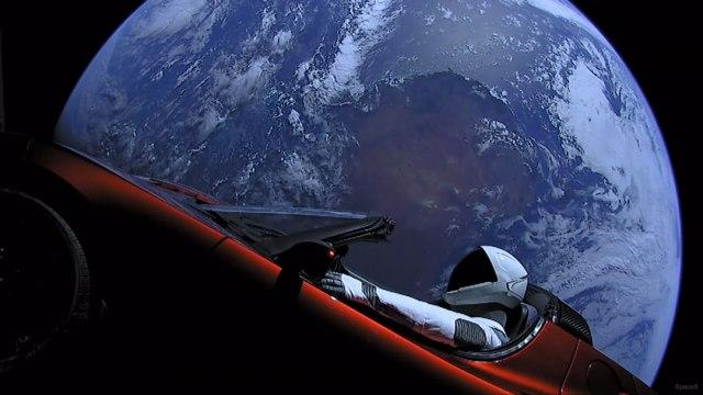 auto con un robots orbita la tierra